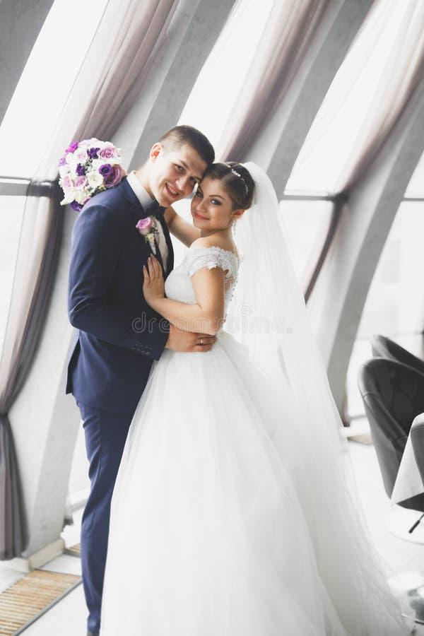 Pares magníficos de la boda que presentan en la ciudad vieja fotos de archivo