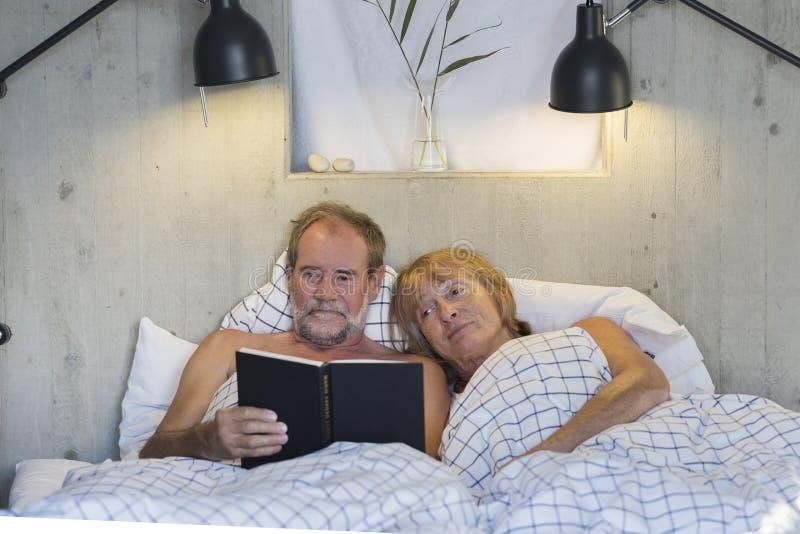 Pares mais velhos na cama fotos de stock royalty free