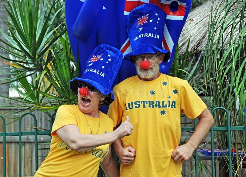 Pares mayores australianos patrióticos tontos divertidos que celebran el día de Australia foto de archivo