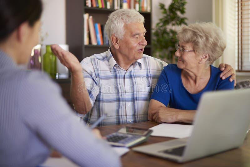 Pares mayores con el consejero financiero fotografía de archivo libre de regalías