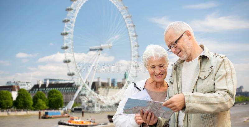 Pares mayores con el mapa sobre el ojo de Londres imagen de archivo