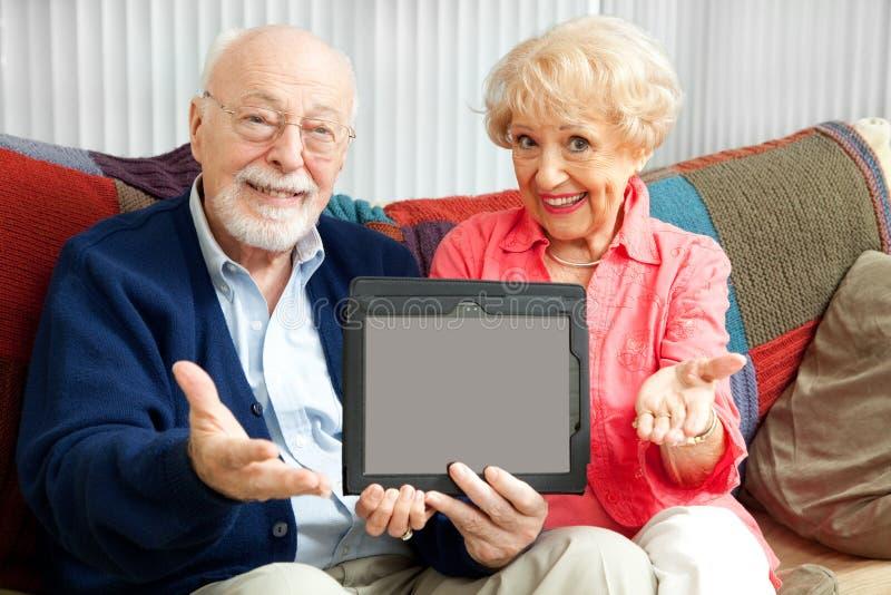 Pares mayores con el mensaje para usted imágenes de archivo libres de regalías