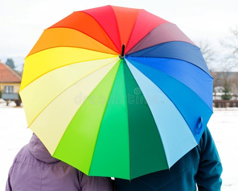 Pares mayores con el paraguas colorido foto de archivo