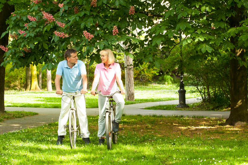 Pares mayores con las bicicletas fotos de archivo