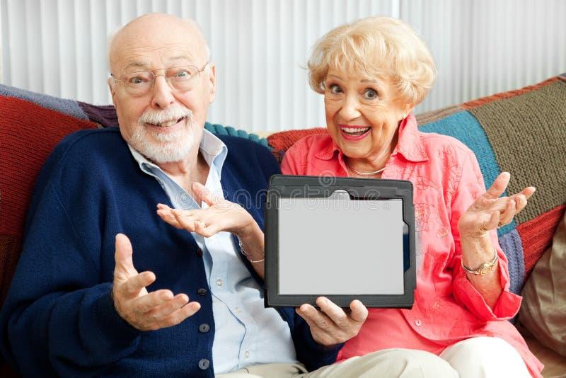 Pares mayores confundidos por Tablet PC imágenes de archivo libres de regalías
