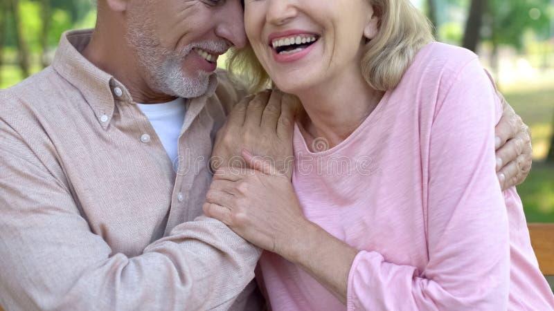 Pares mayores de amor que ríen junto, felicidad de la edad avanzada, proximidad romántica imágenes de archivo libres de regalías