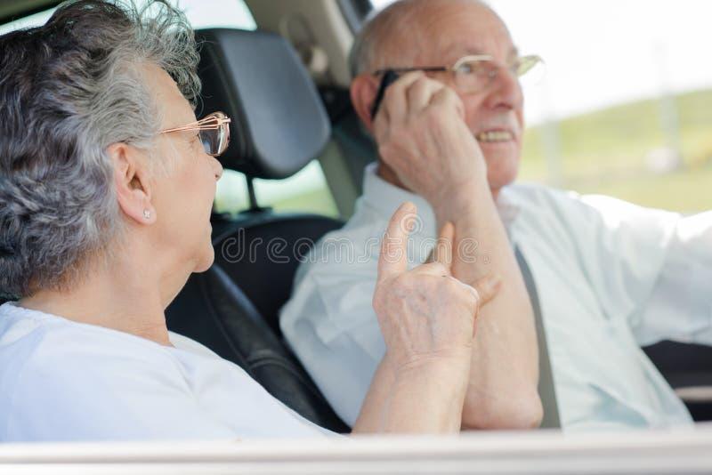 Pares mayores en coche fotos de archivo