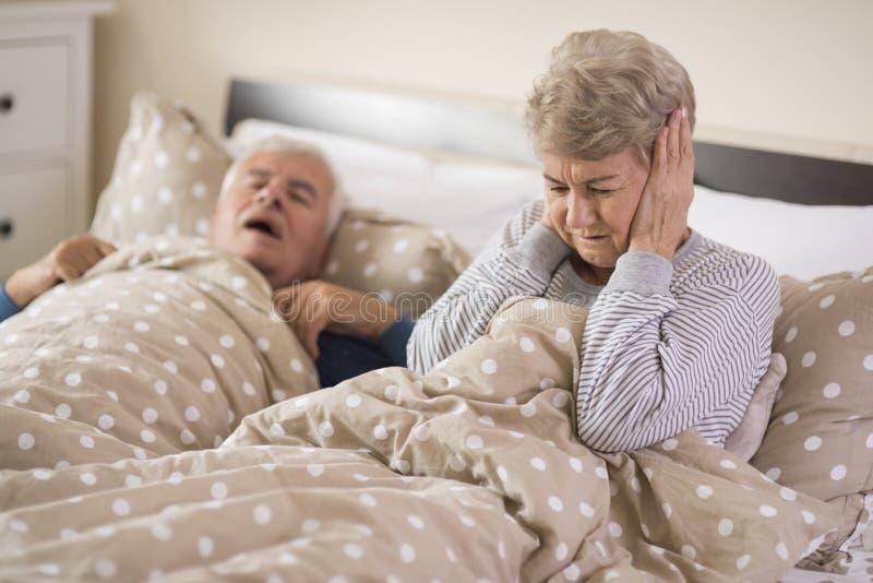 Pares mayores en la cama foto de archivo