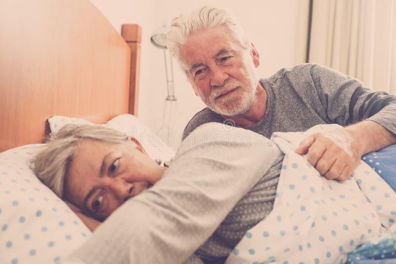 Pares mayores en la cama fotografía de archivo libre de regalías