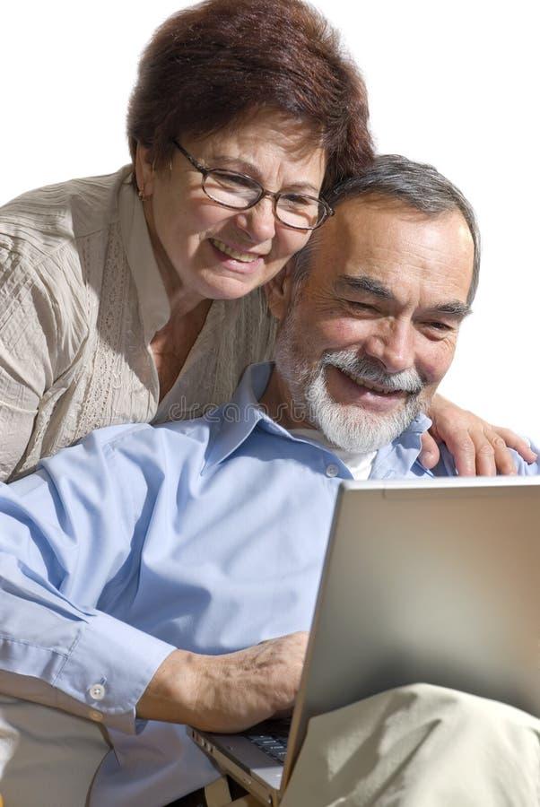Pares mayores en la computadora portátil fotografía de archivo libre de regalías