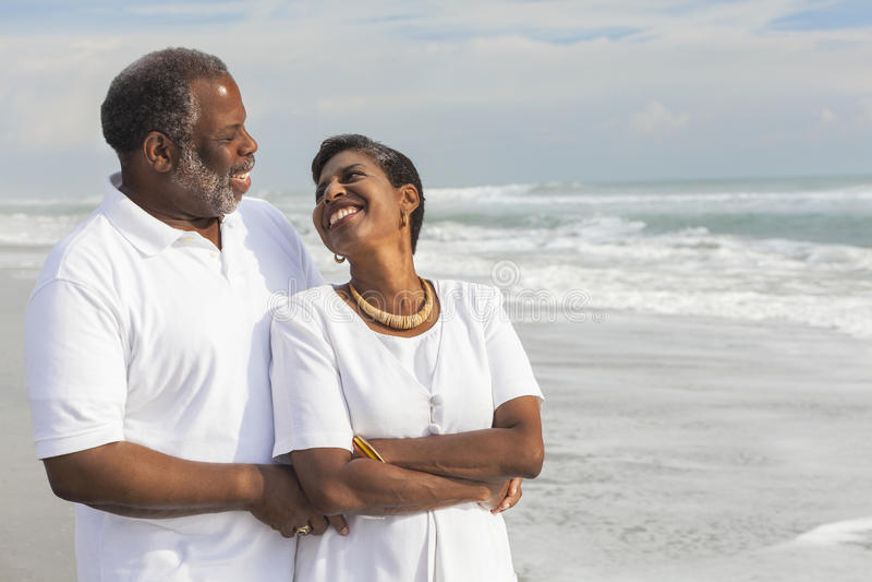 Pares mayores felices del afroamericano en la playa fotos de archivo libres de regalías