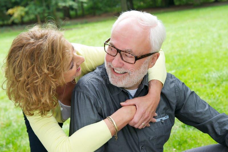 Pares mayores felices que sonríen junto al aire libre fotos de archivo