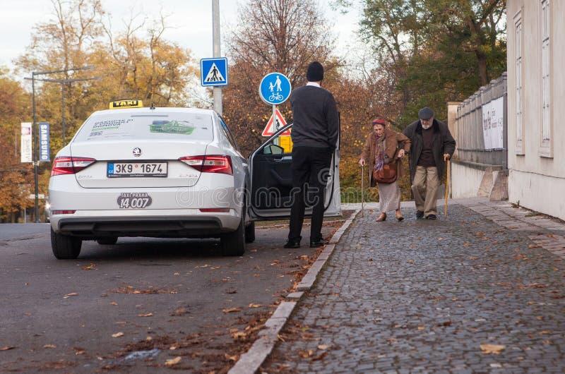 Pares mayores, mayores en su manera a un taxi imagen de archivo libre de regalías