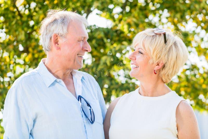 Pares mayores, mujer y hombre, teniendo paseo foto de archivo