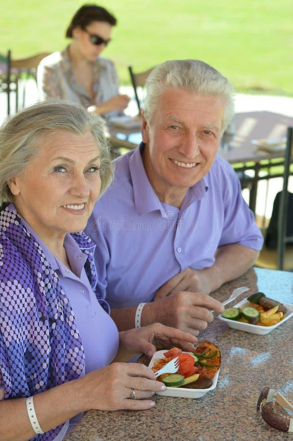 Pares mayores que almuerzan fotografía de archivo