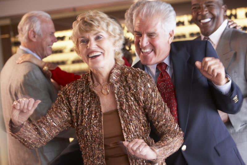 Pares mayores que bailan en un club nocturno imagenes de archivo