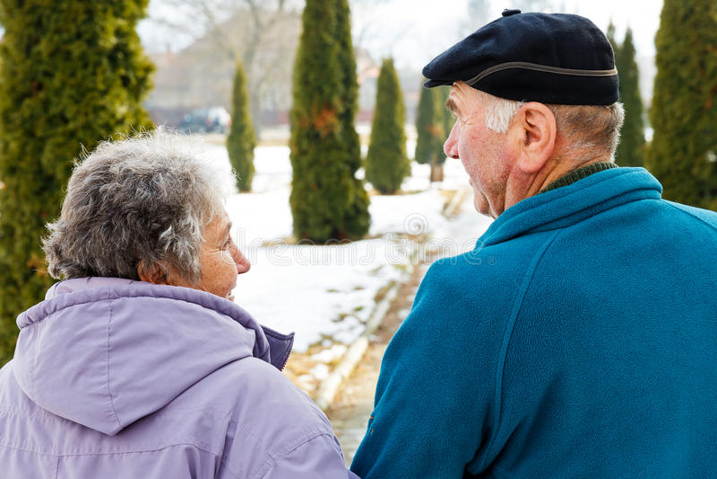 Pares mayores que caminan foto de archivo libre de regalías