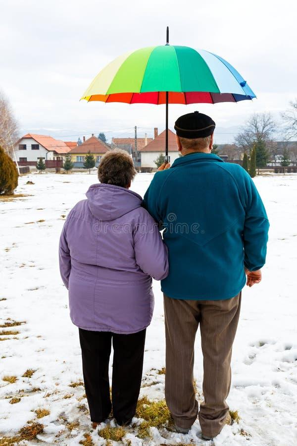 Pares mayores que caminan fotos de archivo libres de regalías