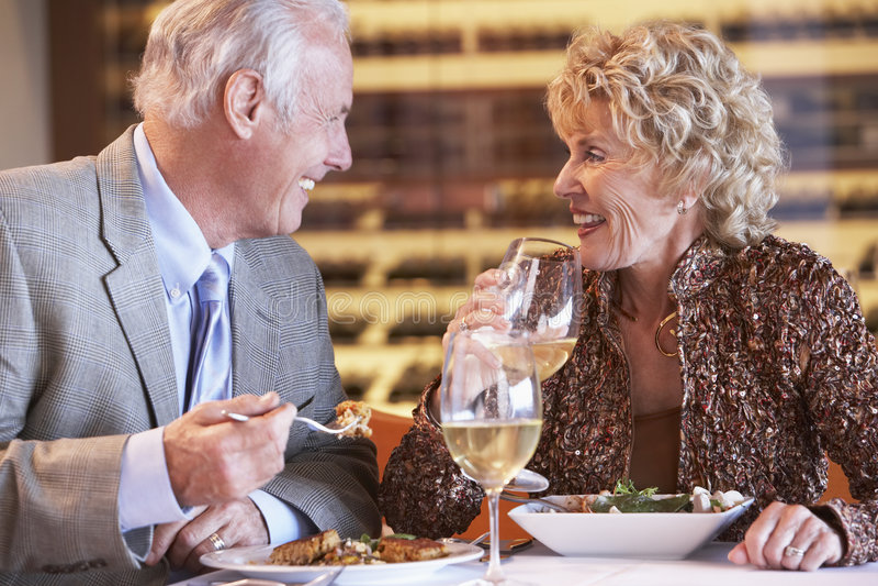 Pares mayores que cenan en un restaurante imagenes de archivo
