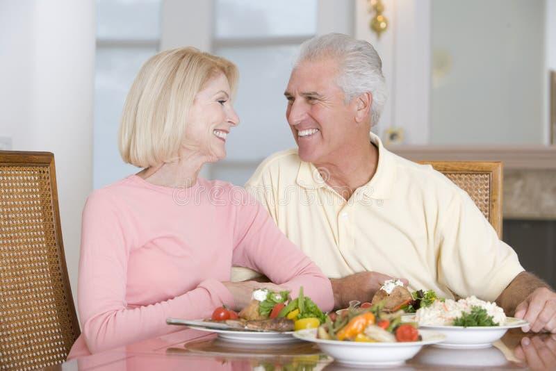 Pares mayores que disfrutan de la comida sana fotos de archivo