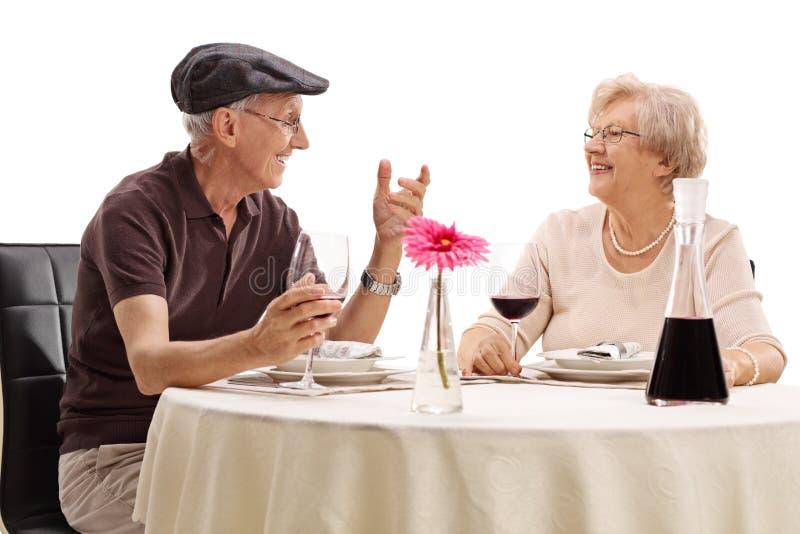 Pares mayores que disfrutan de una fecha romántica fotos de archivo libres de regalías