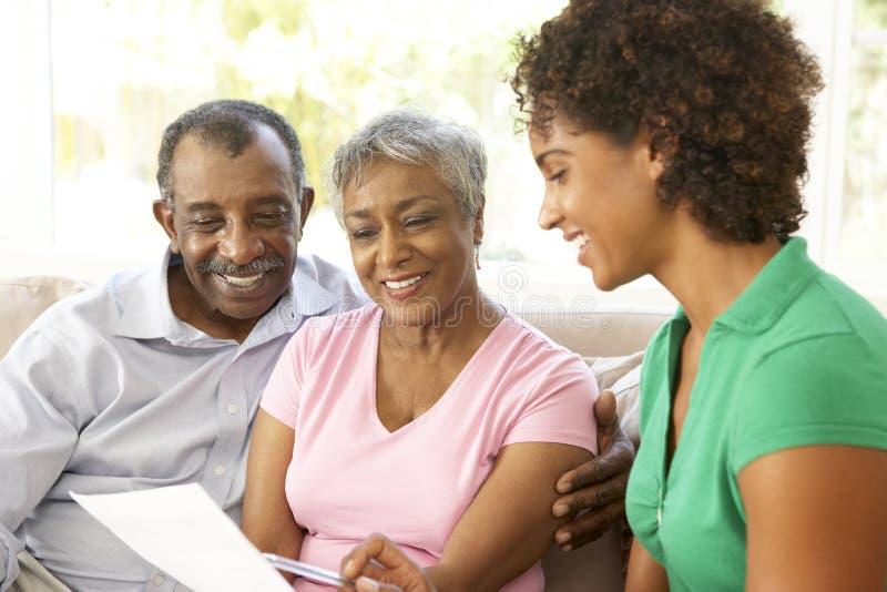 Pares mayores que hablan con el consejero financiero foto de archivo