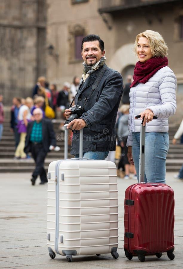 Pares mayores que hacen turismo imagen de archivo libre de regalías