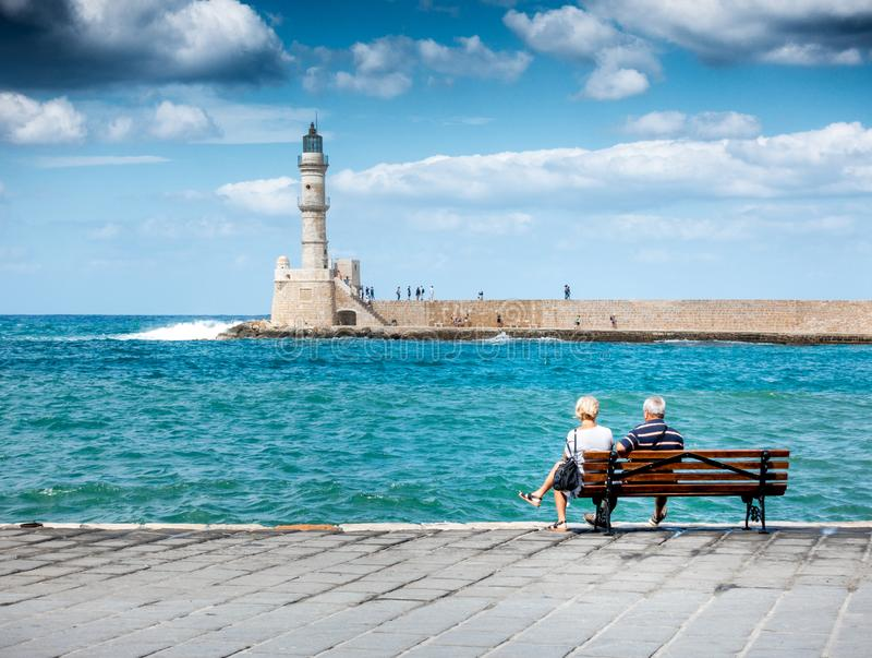 Pares mayores que miran el puerto viejo, Chania, Creta, Grecia fotos de archivo libres de regalías