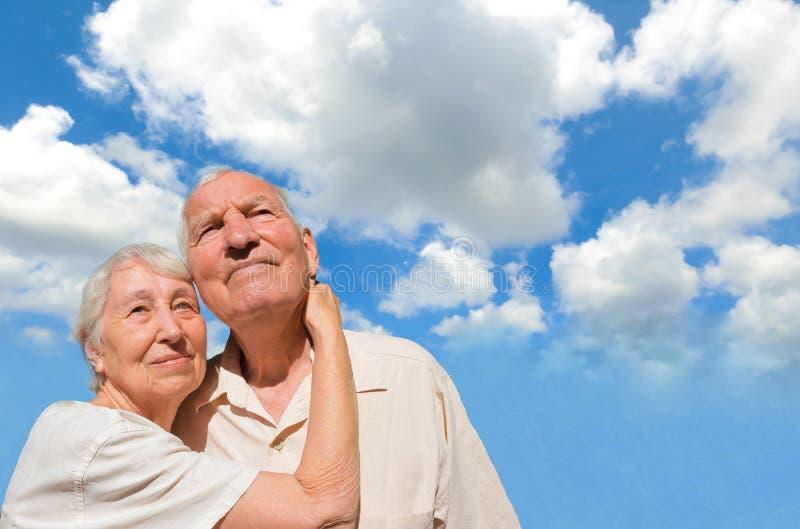 Pares mayores que miran en un cielo azul imágenes de archivo libres de regalías