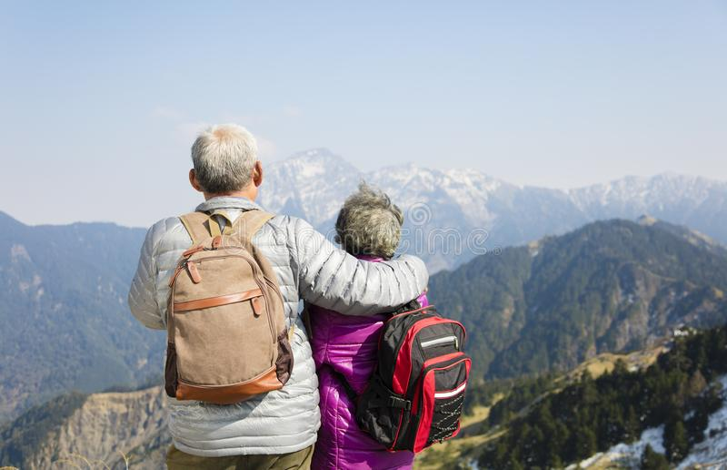 pares mayores que miran las montañas imagen de archivo libre de regalías
