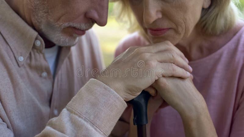 Pares mayores que se inclinan en el bastón, matrimonio fuerte, ayuda de pensionistas imagen de archivo libre de regalías