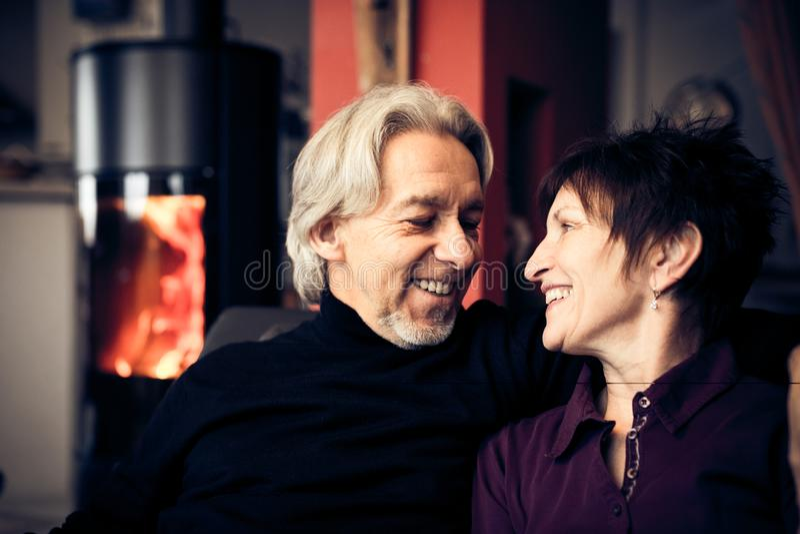 Pares mayores que se relajan en el país foto de archivo libre de regalías