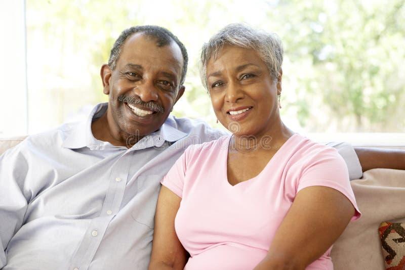 Pares mayores que se relajan en el país junto fotografía de archivo libre de regalías