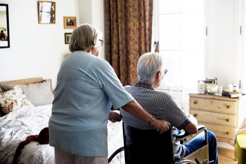 Pares mayores que toman el cuidado junto fotografía de archivo