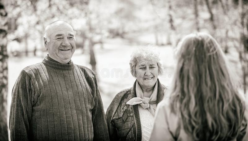 Pares mayores y cuidador joven imagenes de archivo