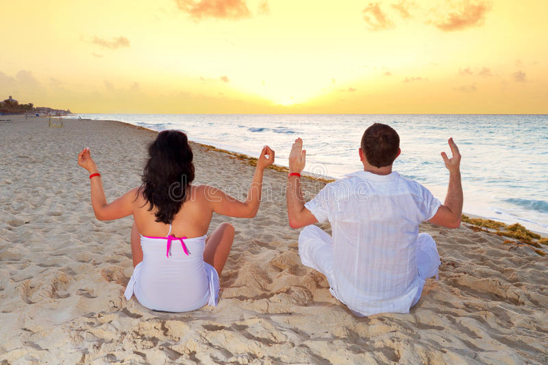 Pares Meditating Junto En El Mar Del Caribe Fotos de archivo libres de regalías