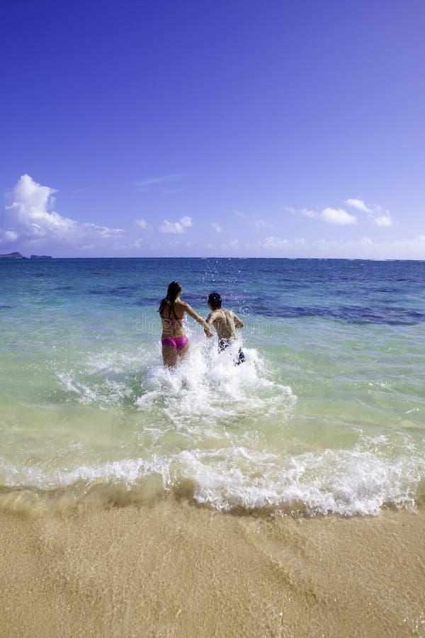 Pares mezclados en Hawaii foto de archivo