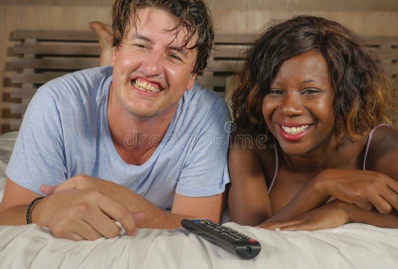 Pares mezclados felices y atractivos jovenes de la pertenencia ?tnica con la mujer afroamericana negra hermosa y el hombre cauc?s foto de archivo libre de regalías