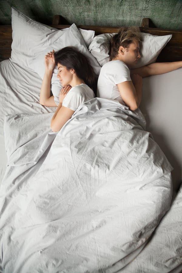 Pares milenares indiferentes que dormem de volta à parte traseira após a luta fotos de stock