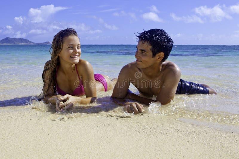 Pares misturados em Havaí fotos de stock
