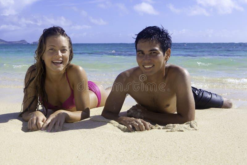 Pares misturados em Havaí imagem de stock royalty free