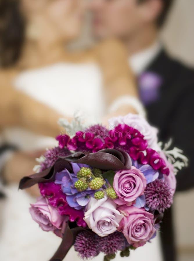 Pares modernos do casamento foto de stock