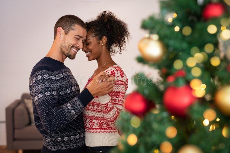 Pares multiétnicos en el amor que baila durante la Navidad imágenes de archivo libres de regalías