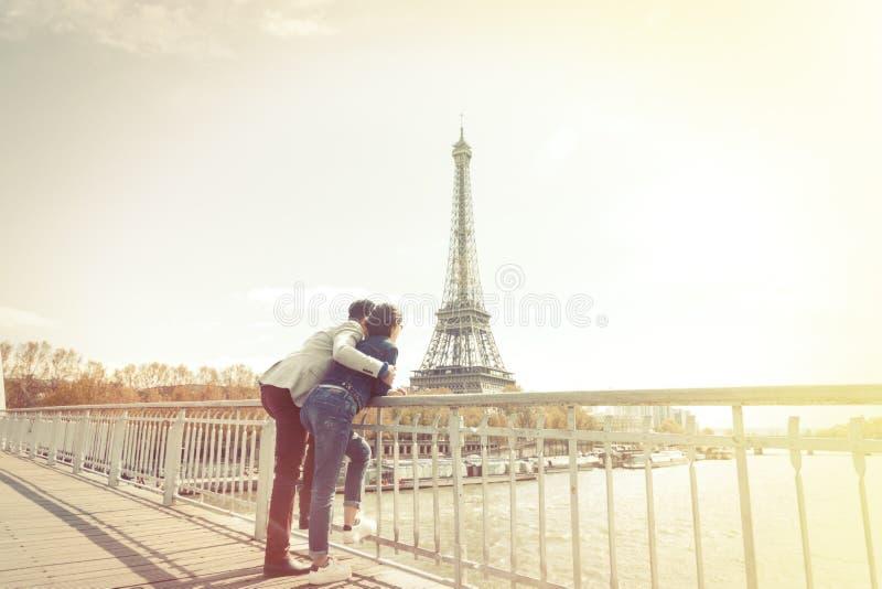 pares Multi-étnicos que se divierten en París cerca de torre Eiffel imagen de archivo