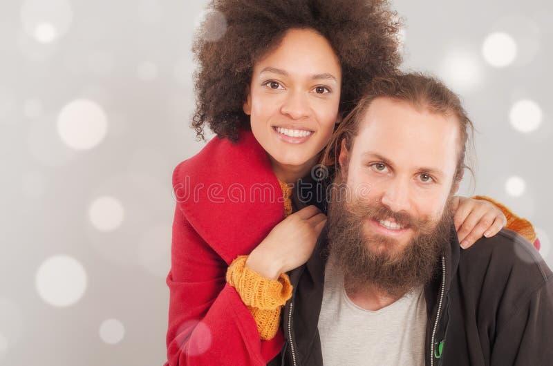 Pares multi-étnicos românticos no amor fotografia de stock