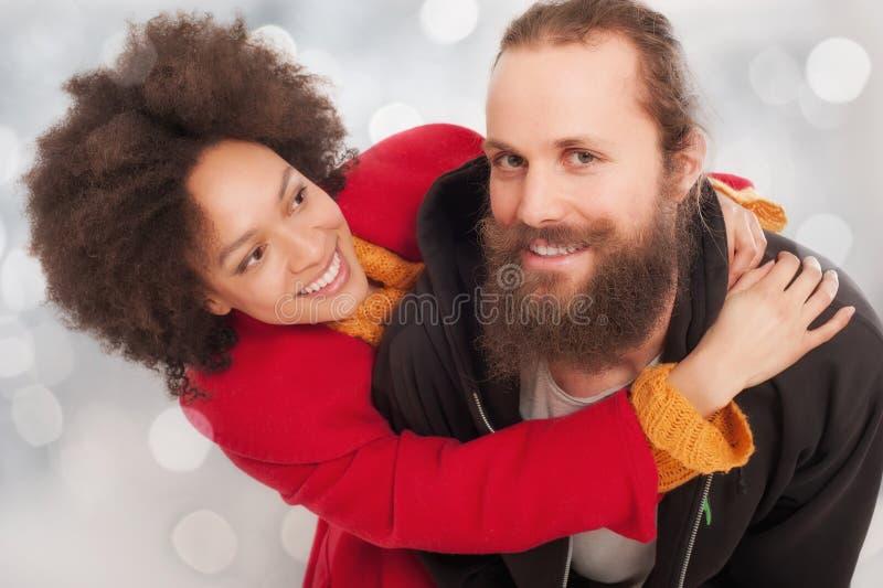 Pares multi-étnicos românticos no amor fotos de stock