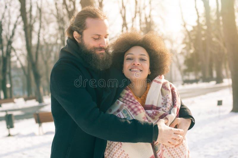 Pares multi-étnicos românticos no amor que abraça na rua imagem de stock royalty free