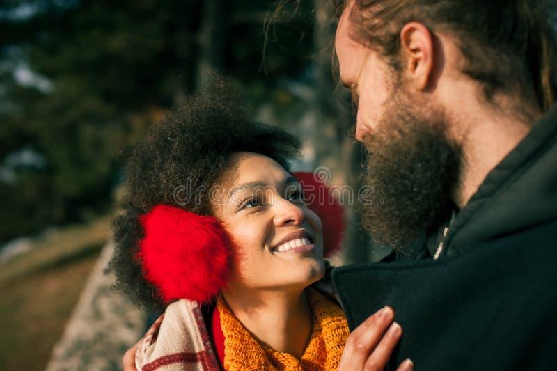 Pares multi-étnicos românticos no amor que abraça na rua fotos de stock