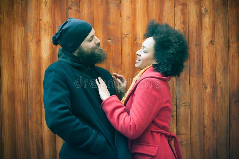 Pares multi-étnicos românticos no amor que abraça na rua foto de stock royalty free