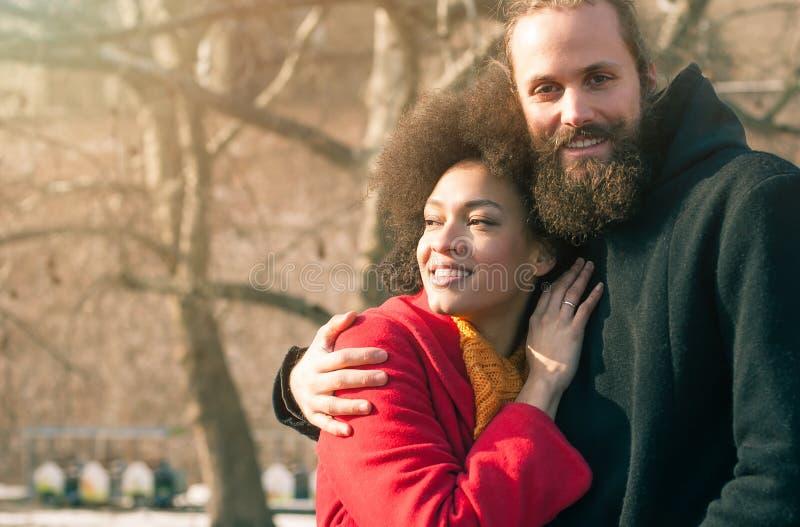 Pares multi-étnicos românticos no amor que abraça na rua imagens de stock royalty free